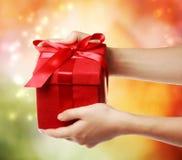 Caixa de presente vermelha do feriado Fotografia de Stock Royalty Free