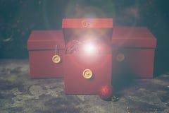 Caixa de presente vermelha do Natal com luzes mágicas do ouro imagens de stock