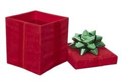 A caixa de presente vermelha do presente de Natal, curva isolou o branco Imagens de Stock Royalty Free