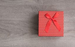 Caixa de presente vermelha e fita vermelha Fotografia de Stock Royalty Free