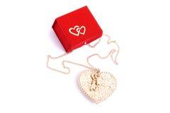 Caixa de presente vermelha e uma jóia da forma do coração Fotos de Stock Royalty Free