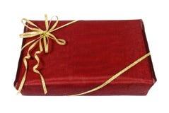 Caixa de presente vermelha envolvida Fotos de Stock Royalty Free