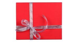 Caixa de presente vermelha isolada no fundo branco imagem de stock royalty free