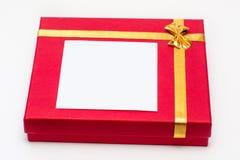 Caixa de presente vermelha no fundo branco Empacotamento bonito Um presente a uma menina, uma mulher imagens de stock royalty free