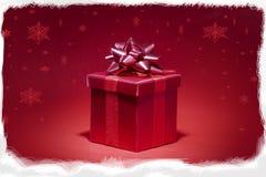 Caixa de presente vermelha no fundo vermelho Fotos de Stock Royalty Free
