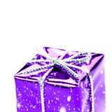 Caixa de presente violeta com o isolado de prata da fita, da curva e dos flocos de neve Fotos de Stock Royalty Free