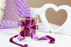 Caixa de presentes atual flores e caixa de presente cor-de-rosa com a fita no ligh Imagens de Stock Royalty Free