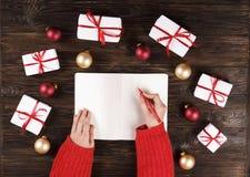 A caixa de presentes do Natal apresenta com as bolas vermelhas no espaço de madeira do texto da opinião superior do fundo fotografia de stock royalty free