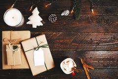 Caixa de presentes do presente de Natal e decoração rústica no fundo de madeira do vintage Imagens de Stock