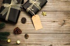Caixa de presentes do presente de Natal e decoração rústica no fundo de madeira do vintage Fotos de Stock Royalty Free