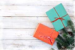 Caixa de presentes do presente de Natal e elementos da decoração no fundo de madeira branco Fotos de Stock Royalty Free