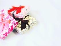 Caixa de presentes no fundo branco Fotografia de Stock Royalty Free