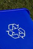 Caixa de recicl azul na grama imagem de stock