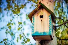 Caixa de suspensão da casa do pássaro Fotografia de Stock Royalty Free