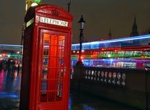 Caixa de telefone britânica vermelha típica em Londres fotografia de stock