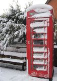Caixa de telefone inglesa na neve fotos de stock royalty free