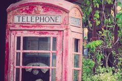 Caixa de telefone público vermelha britânica abandonada imagens de stock royalty free