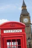 Caixa de telefone vermelha britânica com a torre de pulso de disparo de Big Ben, Londres, Reino Unido fotografia de stock