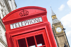 Caixa de telefone vermelha britânica com a torre de pulso de disparo na distância, Londres de Big Ben, Reino Unido imagem de stock