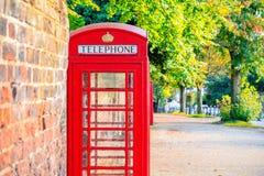 Caixa de telefone vermelha na rua de Hampstead Heath em Londres fotos de stock