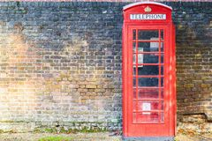 Caixa de telefone vermelha na rua de Hampstead Heath em Londres foto de stock