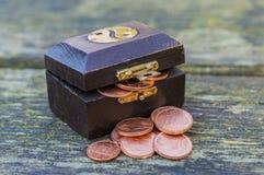 Caixa de tesouro com euro- moedas Foto de Stock