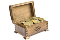 Caixa de tesouro com moedas Fotografia de Stock Royalty Free