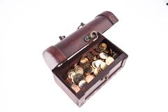 Caixa de tesouro com moedas? Imagens de Stock Royalty Free