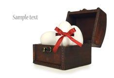 Caixa de tesouro com os ovos de easter brancos Fotos de Stock