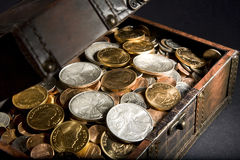 Caixa de tesouro com ouro e prata foto de stock