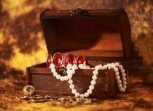 Caixa de tesouro completamente da jóia imagens de stock