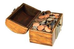 Caixa de tesouro de madeira antiga completamente das moedas Fotografia de Stock Royalty Free
