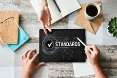 Caixa de verificação do controle do padrão de qualidade na tela Conceito do negócio e da tecnologia fotografia de stock royalty free