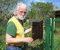Caixa de verificação masculina sênior do email Imagem de Stock Royalty Free