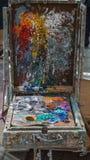 Caixa desarrumado da paleta de cores do artista foto de stock royalty free