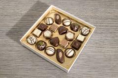 Caixa detalhada dos chocolates em uma tabela fotos de stock royalty free