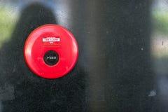 caixa do alarme de inc?ndio na parede do cimento para o sistema da advert?ncia e de seguran?a no lugar do condom?nio seguran?a pa imagem de stock