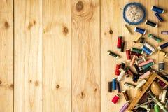 Caixa do alfaiate, do coxim do pino, das tesouras e das linhas de costura com as bobinas coloridas para retalhos Fotos de Stock Royalty Free