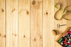 Caixa do alfaiate, das tesouras, da fita métrica e das linhas de costura com as bobinas coloridas para retalhos Fotografia de Stock Royalty Free