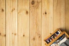 Caixa do alfaiate, das tesouras e das linhas de costura com as bobinas coloridas para retalhos Fotos de Stock