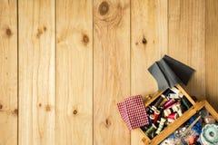 Caixa do alfaiate, das tesouras e das linhas de costura com as bobinas coloridas para retalhos Imagens de Stock