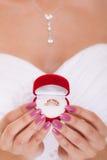 Caixa do anel de noivado nas mãos da noiva da mulher Fotos de Stock Royalty Free