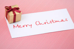 Caixa do ano novo com um cartão congratulatório Fotos de Stock