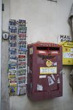 Caixa do cargo e guia de Roma foto de stock royalty free