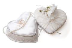 Caixa do casamento com anéis e grânulos da pérola, isolados Fotos de Stock Royalty Free