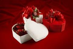 Caixa do chocolate do dia e do Natal de Valentim (no fundo vermelho). Fotos de Stock