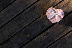 Caixa do coração no fundo de madeira Fotografia de Stock