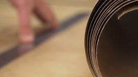caixa do corte com uma faca em uma régua filme