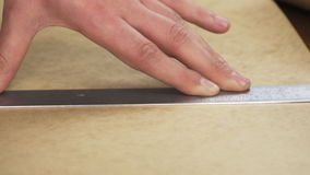 caixa do corte com uma faca em uma régua video estoque