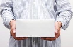Caixa do Livro Branco da preensão do homem Imagens de Stock Royalty Free